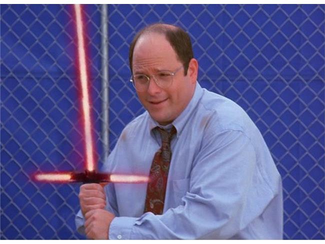 George di Seinfeld impugna la spada lasere di Star Wars 7