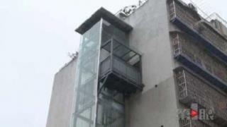 L'ascensore che arriva solo al sesto piano