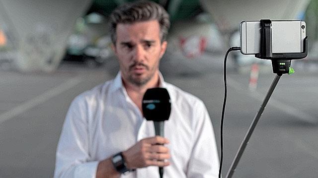I giornalisti di una stazione TV useranno solo selfie-stick e iPhone
