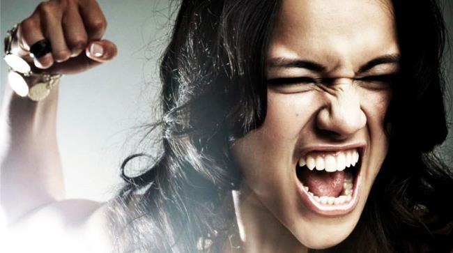 Ragazza arrabbiata perchè le zanzare la pungono