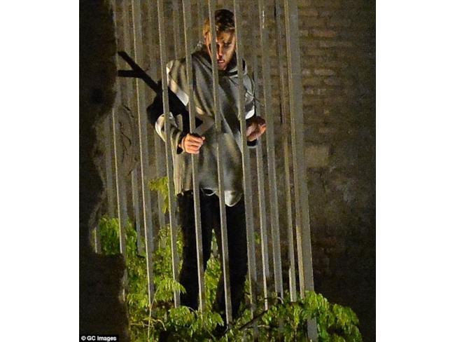 Justin Bieber in gabbia sul set