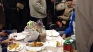 Delle persone mangiano a tavola