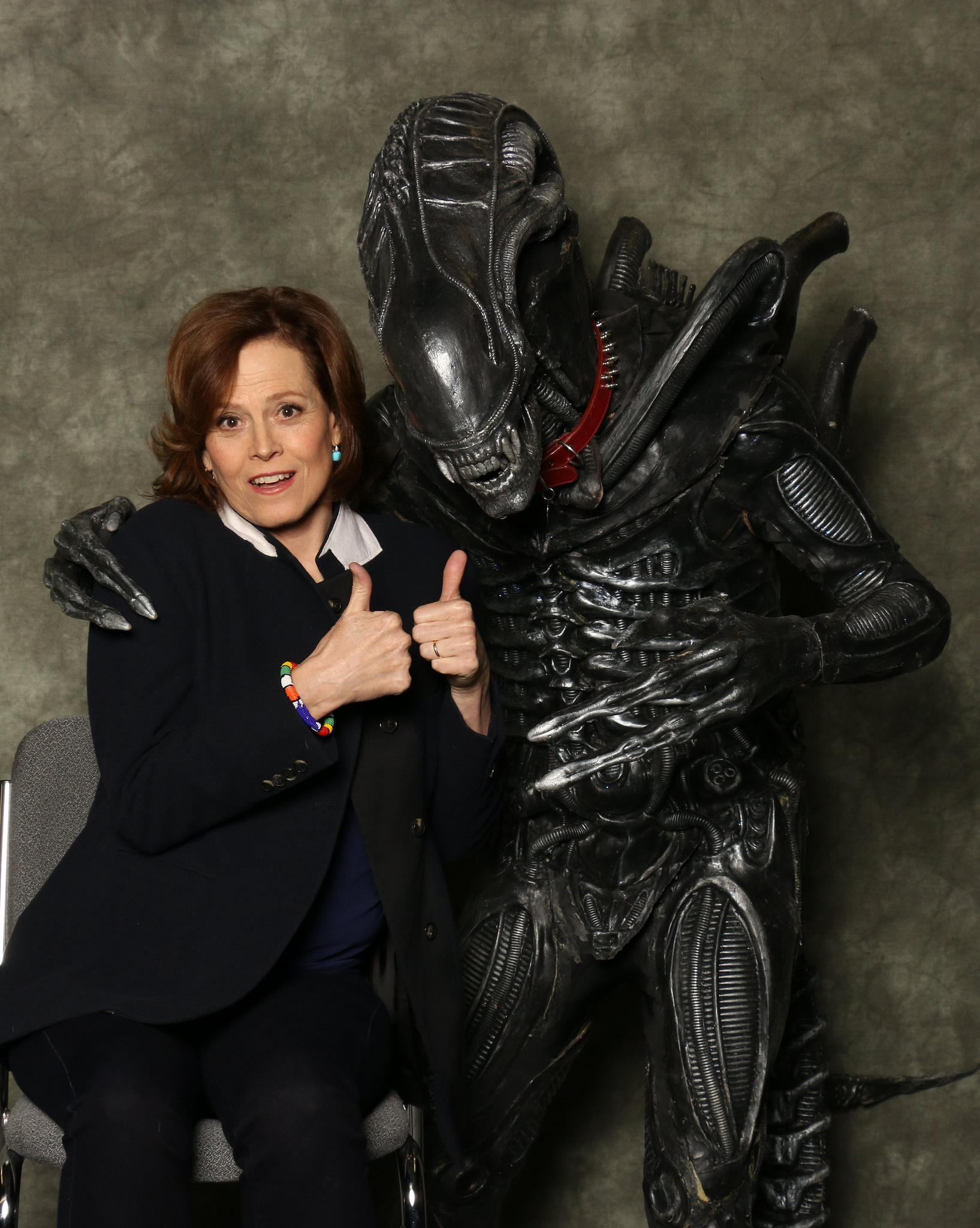 Sigourney Weaver con un cosplayer xenomorfo