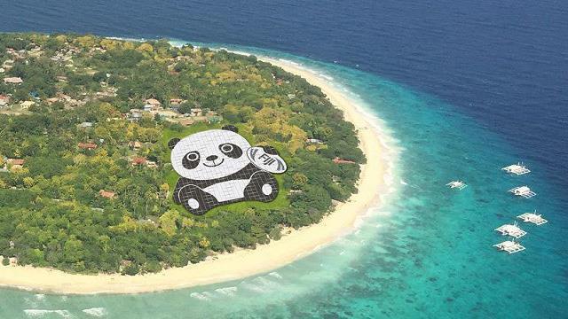 Foto dall'alto del simpatico panda formato da pannelli solari.
