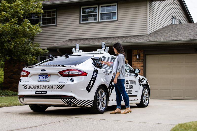 Una cliente prova il servizio a domicilio per le pizze tramite una Ford automatizzata.