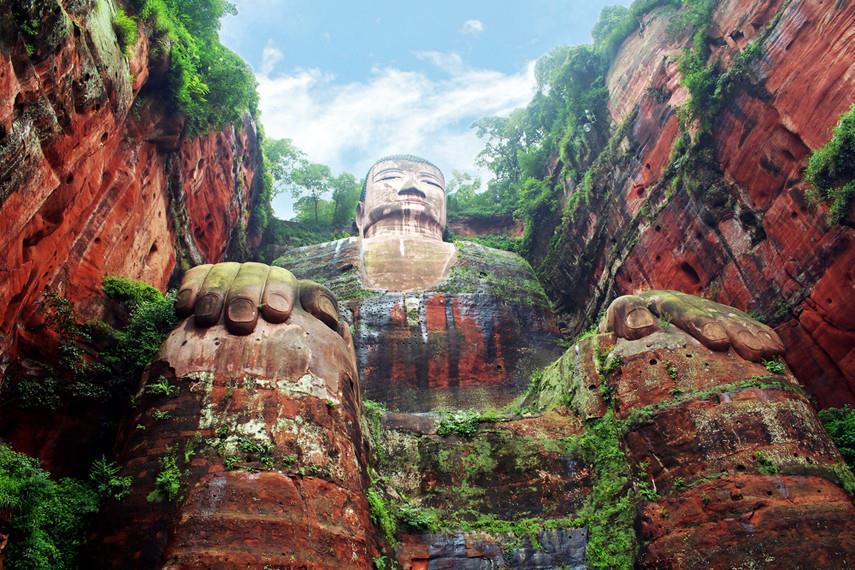 Statua di pietra di Budda nella foresta