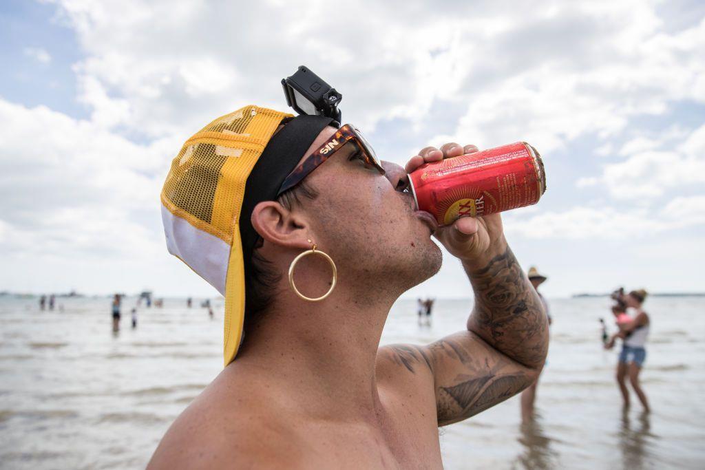 Uno dei concorrenti beve una birra