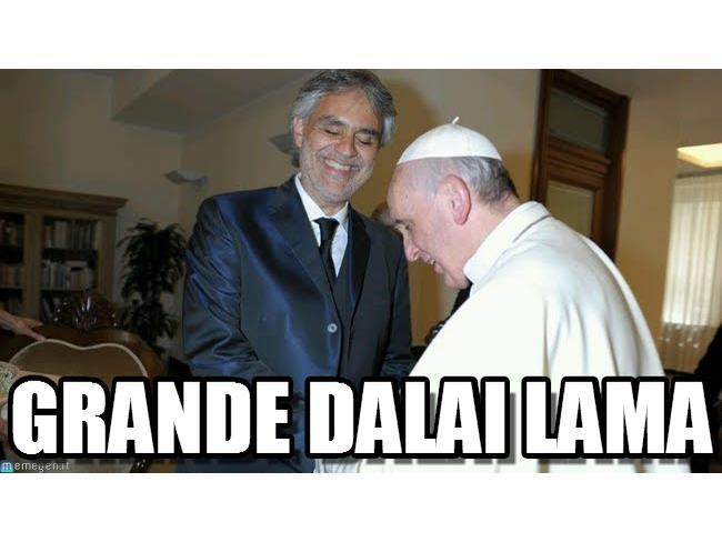 Meme di Andrea Bocelli con il Papa