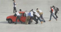 Alcuni partecipanti a una partita di curling con le automobili