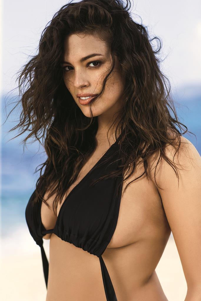 Ashely Graham con bikini nero su Sports Illustrated