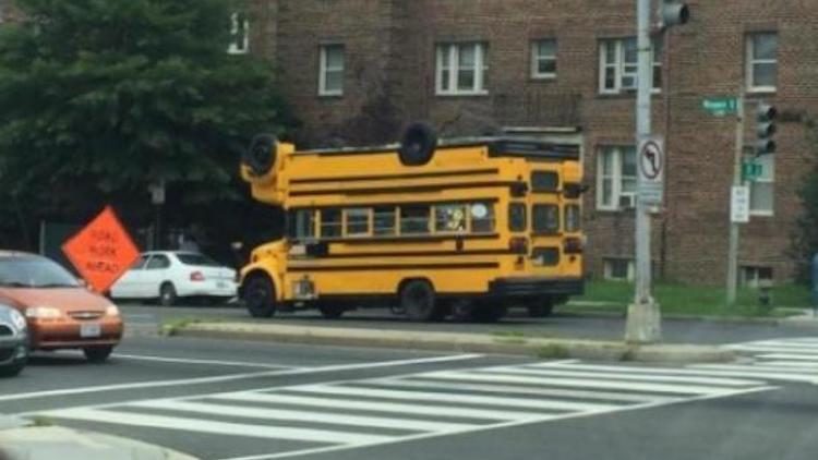 Uno strano scuolabus - Immagini divertenti per WhatsApp da scaricare gratis