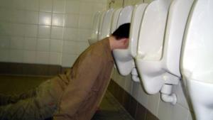 Persone ubriache coinvolte in simpatici e bastardissimi scatti