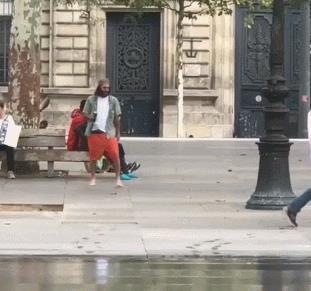 Un ragazzo scivola su una pozzanghera - Le GIF più divertenti da scaricare e condividere su Facebook e WhatsApp