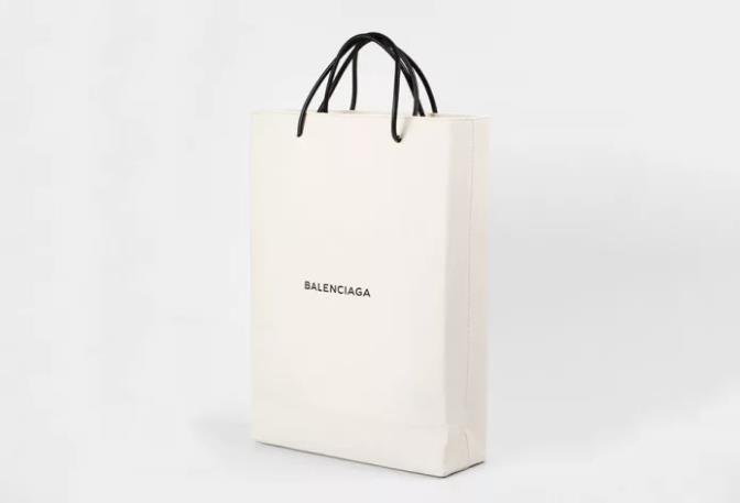 Da Balenciaga l'ennesima borsa orribile ma costosa