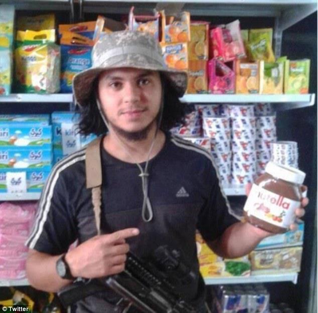 Un terrorista posa con un barattolo di Nutella