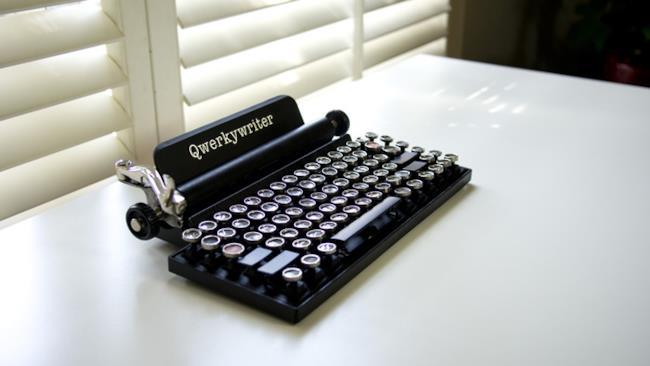 Macchina da scrivere USB vista di lato
