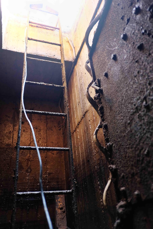 Una foto della scala d'emergenza del bunker