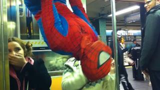 Un uomo vestito da Spider-Man