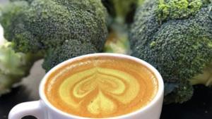 Una tazza di caffè macchiato circondata da broccoli