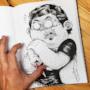 Il personaggio accoltella il dito del disegnatore