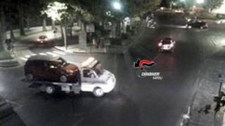 L'auto scassinata trasportata dal carro attrezzi