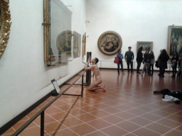 Uomo inginocchiato davanti alla Venere di Botticelli
