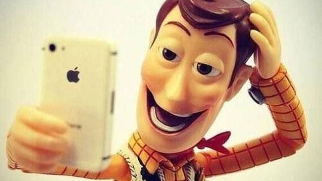Il personaggio di Toy Story disposto come se stesse scattando un selfie