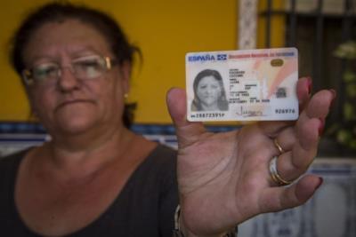 Juana Escudero mostra la sua carta d'identità