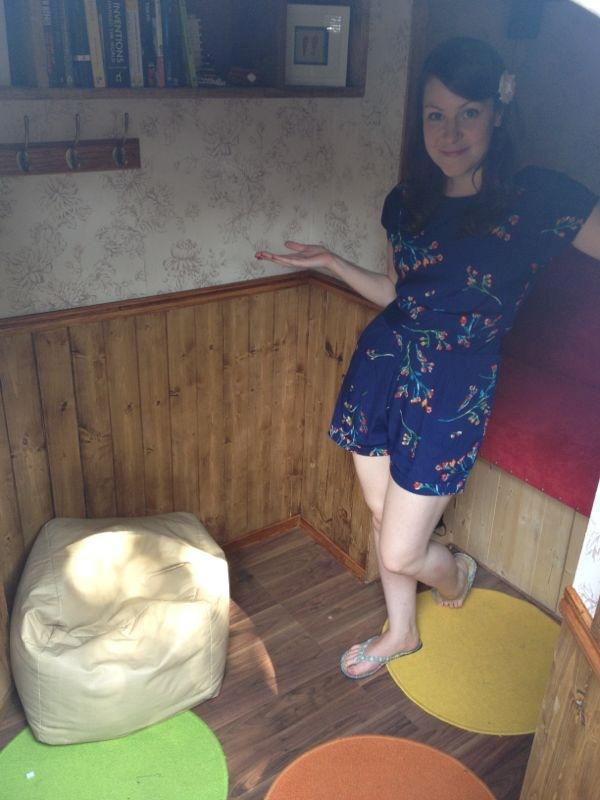 Tappetini colorati e tanto legno nella casa Hobbit
