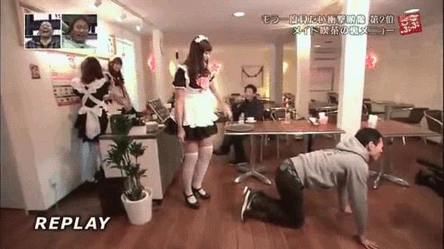 Gif di una cameriera del Cafe CC Ocha che prende a calci un cliente