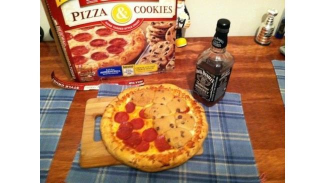 Pizza con salame, biscotti con gocce di cioccolato e Jack Daniel's