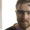 Uomo indossa i Google Glass e usa l'app MindRDR