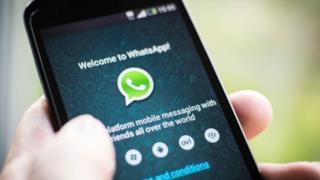 Un cellulare con installato WhatsApp