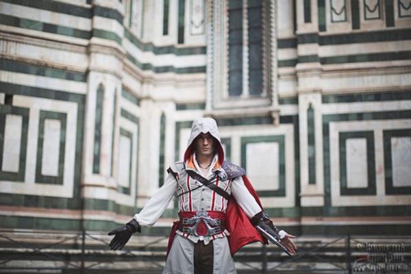 Leon Chiro in cosplay da Ezio Audiore a Firenze