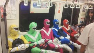 Un gruppo vetstito da Power Rangers