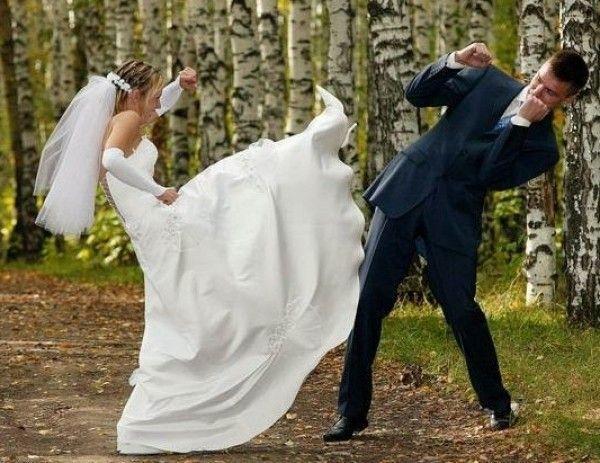 Una coppia di sposi si picchia