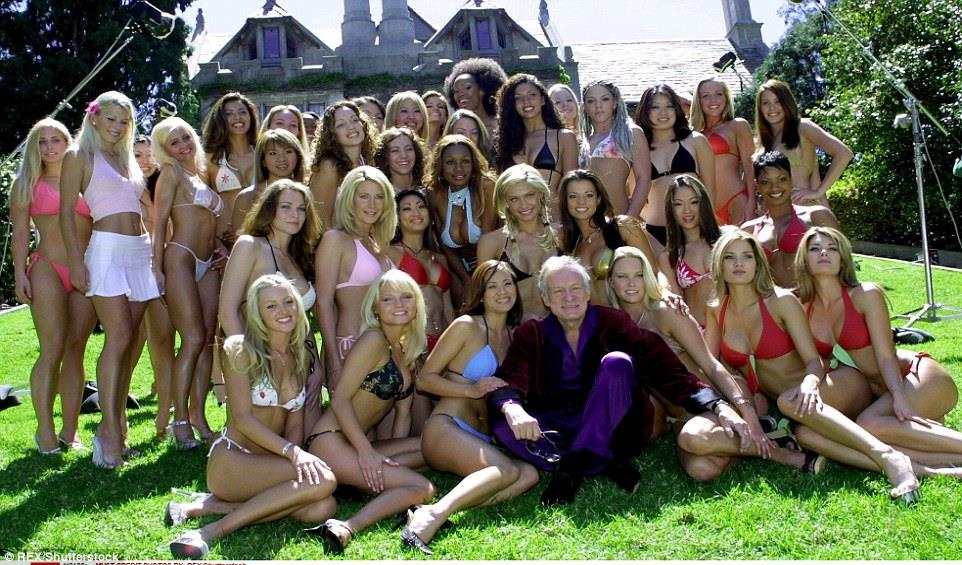 Hugh circondato da belle donne