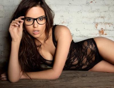 Una bella ragazza con gli occhiali