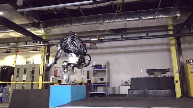 Il robot Atlas salta a fa le capriole