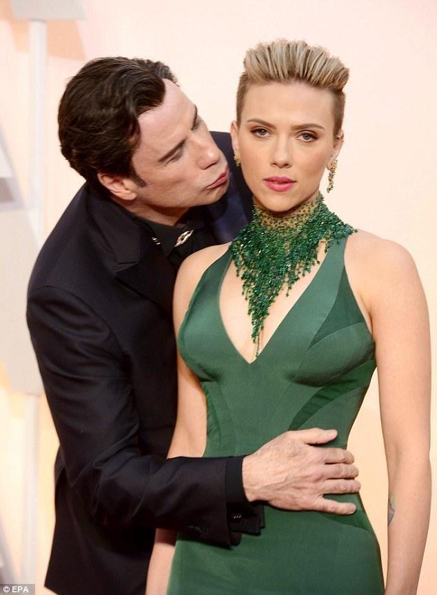 Scarlett Johansson impassibile davanti a John Travolta