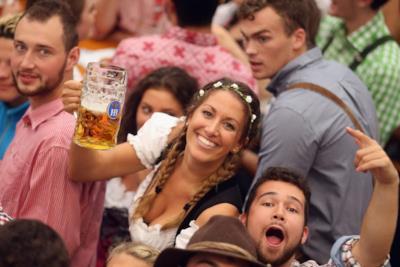 Alcuni turisti bevono