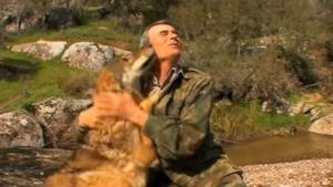 Marcos Pantoja mentre abbraccia un lupo