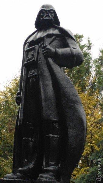 La statua di Lenin trasformata in monumento a Darth Vader