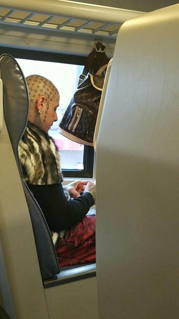Un ragazzo con un tatuaggio in testa - I peggiori tatuaggi mai realizzati