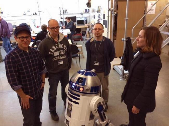 Foto del regista J.J Abrams con R2-D2 a Londra