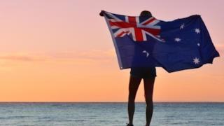 La foto di una donna coperta dalla bandiera dello stato