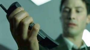 Neo mentre utilizza il Nokia 8110 nel primo capitolo di Matrix