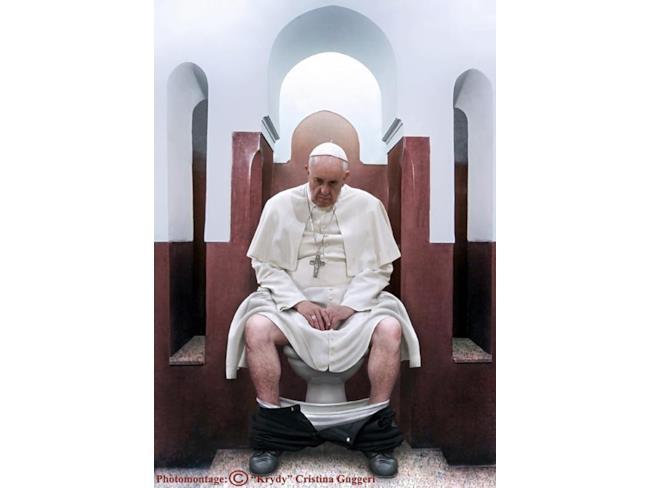 Papa Francesco triste al bagno