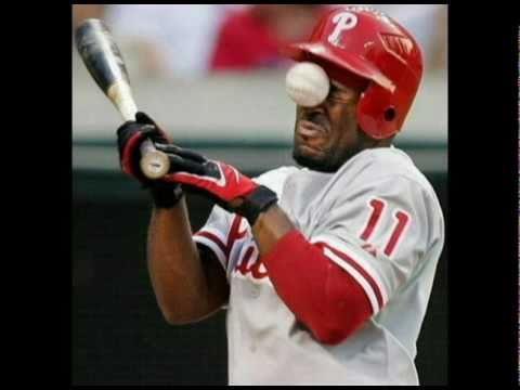 giocatore di baseball si prende una pallina in faccia