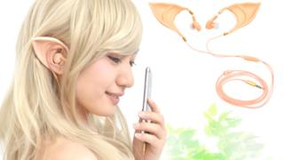 Una bella ragazza indossa gli auricolari elfici